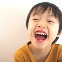 5歳の幼児が喜んでいる画像