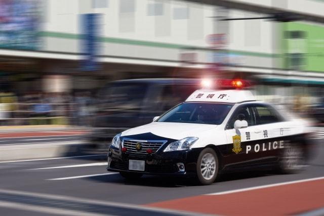 交通事故で現場に向かうパトカー